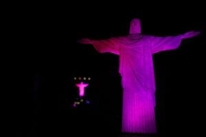 ピンクリボン月間で、ピンクの照明を浴びるキリスト像(Fernando Frazão/Agencia Brasil)
