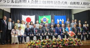 慶祝団と県人会役員らで行った記念撮影
