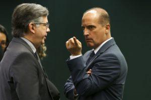 ボルソナロ政権発足時には官房長官就任が有力視されているロレンゾ・オニキス下議(右・Marcelo Camargo/Agencia Brasil)