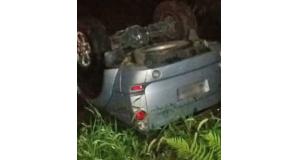 小川に落ちた車(Divulgação/Polícia Militar)