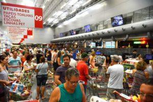 消費者の〃信頼感〃は、現実となり、消費、生産、雇用、投資へと循環していくだろうか?(Tania Rego/Agencia Brasil)