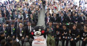 ブラジル熊本文化交流協会60周年式典に投票して全員と記念撮影したくまモン
