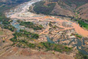 鉱滓流入で変色したドッセ川(Fred Loureiro/ Secom ES、13/11/2015)