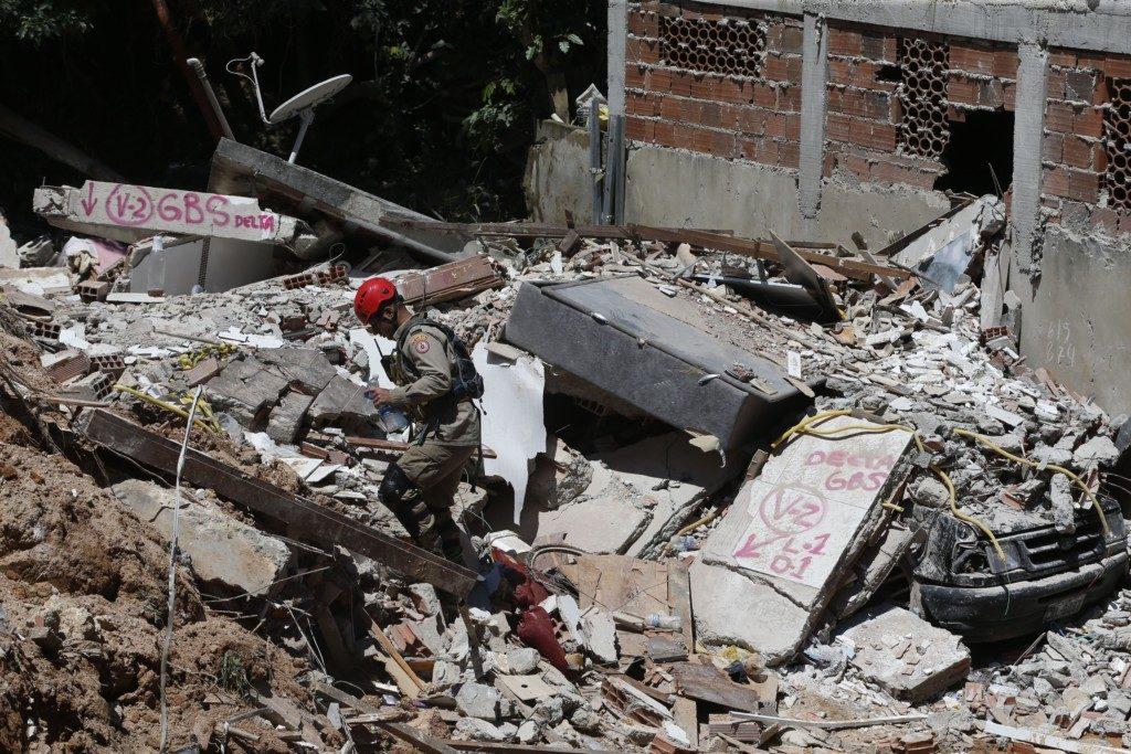 土砂や瓦礫に直撃された家屋や車の一部(Tânia Rêgo/Agência Brasil)