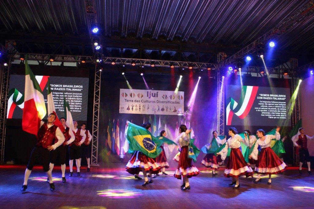 舞台で披露されたイタリア系子孫の踊り