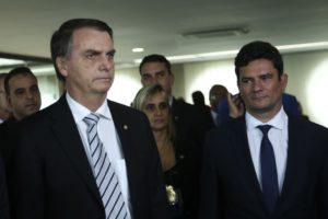モロ氏(右)とボウソナロ氏(José Cruz/Agência Brasil)