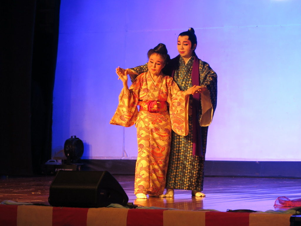 具志堅シゲ子師範と斎藤悟教師による『夢の競演』の見せ場のひとつ、二人のしんみりした演技