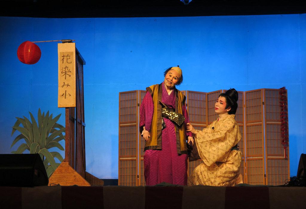 最後の演目の喜劇「花染み小」では、具志堅師範(左)のコミカルな演技が光った