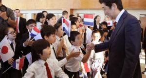 在パラグアイの日系人・在留邦人と懇談する安部総理(首相官邸HP)