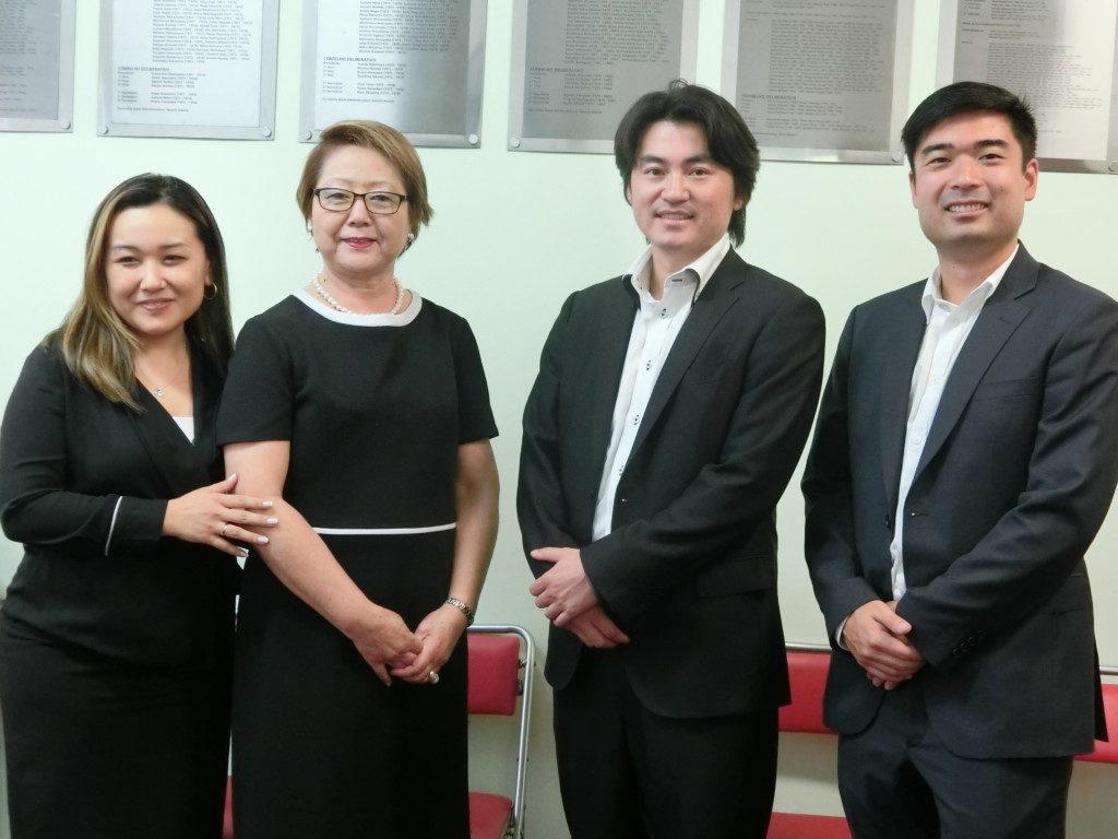 文協を訪問した小山田信さん(右から2人目)