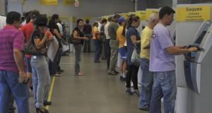 ATMの列に並ぶ人々(参考画像・Valter Campanato/Agencia Brasil)