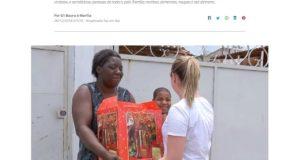 クリスマス用の食品セットを受け取るペレイラさん(26日付G1サイトの記事の一部)