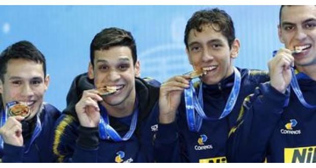 男子自由形リレー4×200メートルで金メダルを獲得したブラジルチーム(Agencia Brasil)