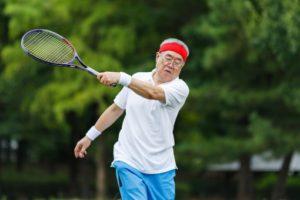 テニスをする元気な高齢者(参考写真)