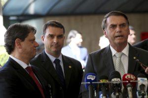 ボウソナロ氏とフラヴィオ氏(中)(Wilson Dias/Agência Brasil)