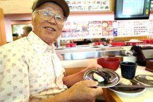 回転寿司を堪能する高齢者の健啖家(参考写真)