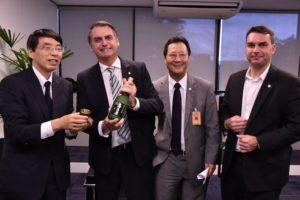 (左から)山田大使、ボウソナロ次期大統領、西森ルイス下議、フラヴィオ・ボウソナロ次期上院議員 (Foto:Governo Transicao)
