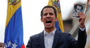 大統領代行だと宣言したグアイド国民会議議長(CARLOS GARCIA RAWLINS)