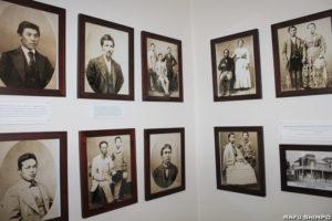 日本から最初にアメリカ本土に入植し、若松コロニーを形成した先人たちの古写真。入植後に近郊の町ピラサービルに当時あった写真館で撮影したものだ(写真=吉田純子)