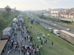 国土の広さがブラジル・コストになっている現象を示した昨年5月のトラック運転手スト。交通の大動脈アンシェッタ街道が止まった様子(Fotos: Roberto Parizotti)