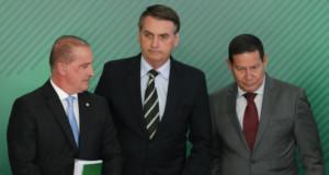 銃規制緩和の大統領令署名式典での(左から)ロレンゾーニ官房長官、ボウソナロ大統領、モウロン副大統領(Lula Marques)
