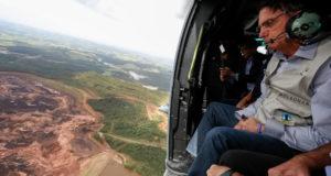 上空から事故現場を視察する、ボウソナロ大統領(Isac Nobrega/PR)