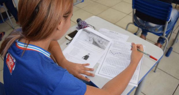 Enem受験に向けて勉強する生徒(参考画像・Suami Dias/GOVBA)