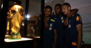 「いつかは自分達も…」とチリに発つ前にCBFのミュージアムを訪れたU20代表の選手たち(Lucas Figueiredo/CBF)