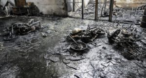 全焼したバイクの販売店(7日、フォルタレーザ、José Cruz/Agência Brasil)