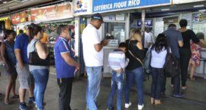 大晦日も抽選直前まで大勢の購入希望者が宝くじ売り場に列を作った(Antonio Cruz/Ag. Brasil)