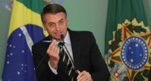 「私はこの武器を使う」と言って、ペンを見せ付けるボウソナロ大統領(Lula Marques)