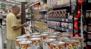 スーパーで商品を選ぶ高齢者(参考画像・Arquivo/Ag. Brasil)