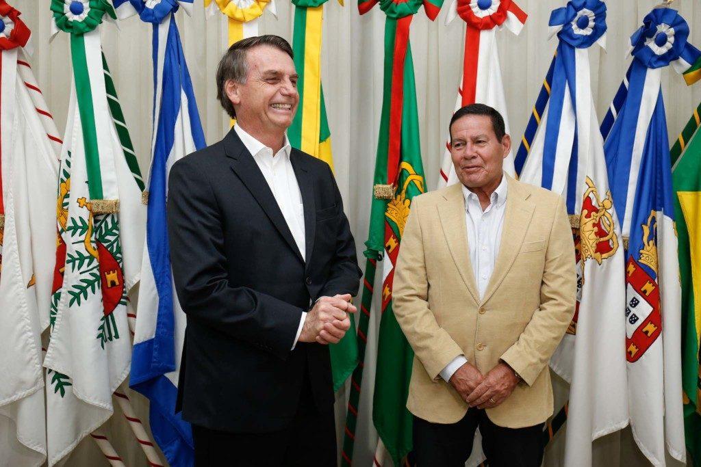 ダヴォス出立前のボウソナロ大統領(左)と大統領職を代行するモウロン副大統領(Alan Santos/PR)