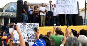 21日に行われた抗議行動の中で演説するグアイド議長、「神が守ってくださるように」などと書かれたプラカードも見える(Twitter)