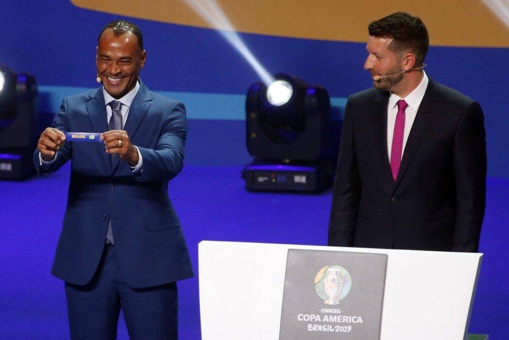 抽選役を務めた元セレソンキャプテンのカフー(左・Fernando Frazao/Ag. Brasil)抽選役を務めた元セレソンキャプテンのカフー(左・Fernando Frazao/Ag. Brasil)