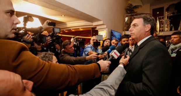 記者団に囲まれるボウソナロ大統領(Alan Santos/PR)