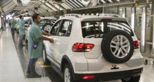 パラナ州の自動車工場で働く労働者たち(参考画像・VolksAudi)