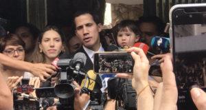 国家警察による脅迫後も抗議行動に参加するグアイド氏と家族(TJG)