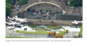 強風と雨で屋根が壊れた格納庫(1月30日付G1サイトの記事の一部)