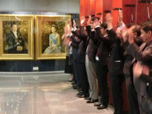 天皇皇后両陛下の肖像画の前で、新年に弥栄を祈る日系団体関係者