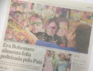 カーニバルグッズとして、ボウソナロ大統領、ミシェッレ夫人、モロ法務大臣のお面を並べる小物店を紹介するエスタード紙