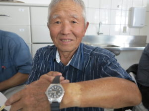炎天下の作業で腕時計形に日焼け跡が残った五十嵐正孝さん