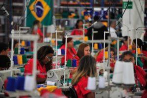 裁縫工場の様子(参考画像・Marcelo Camargo/Ag. Brasil)