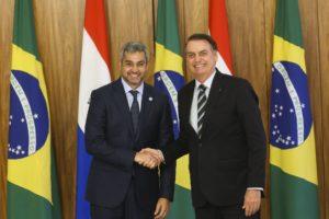 首脳会談後のボルソナロ大統領(右)とベネテス大統領(Antonio Cruz/ Agência Brasil)