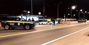 連邦道路警察によるカーニバル期間中の検問の様子(PRF/Divulgação)