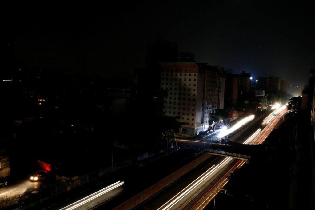 停電中のカラカス(Reuters/Carlos Jasso)
