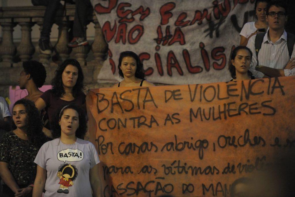 女性への暴行反対を訴えるプラカードを掲げて抗議集会に参加した女性達(Fernando Frazão/Agência Brasil)