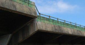 橋げたがずれた当時の高架橋(Secom)