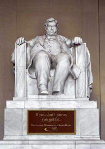 カウチポテト族になったリンカーンの像(Latin post Yara Simon(staff@latinpost.com))