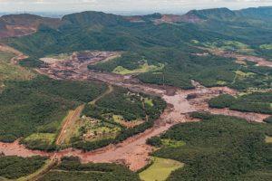 ダム決壊直後のブルマジーニョ、鉱滓に押し流されて崩落した橋の一部も見える(Vinícius Mendonça/Ibama)
